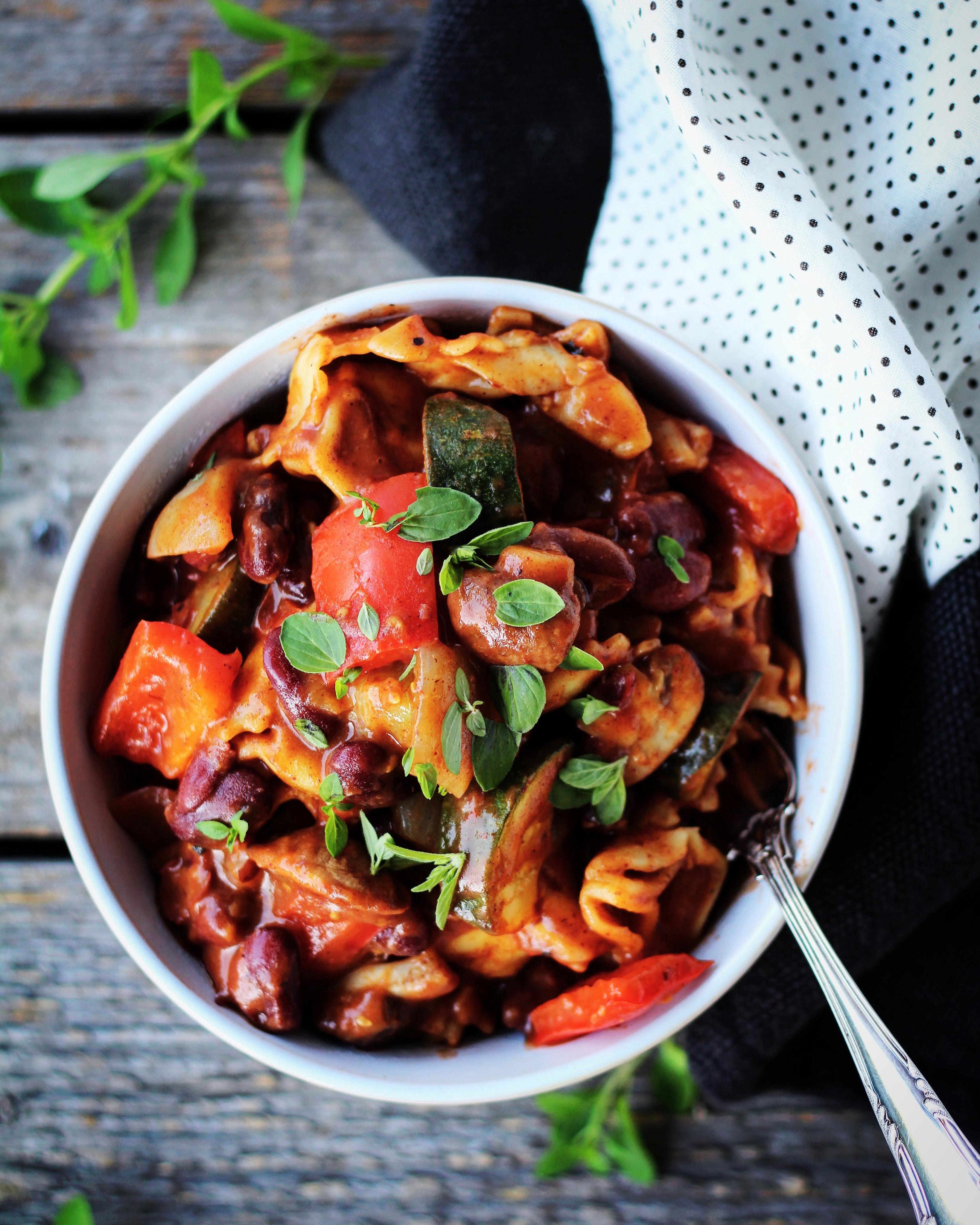 Stegte grøntsager med chilibønner og fyldt pasta