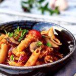 Cremet one pot pasta med røde linser & fuldkornspenne