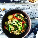 Wok med kartofler, bønner, grønsager, kokosmælk & rød karry