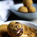 Crunchy lakrids-dadelbomber med chili & mørk chokolade