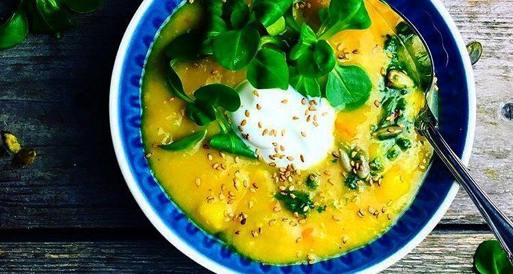 Gylden, fyldig suppe med røde linser