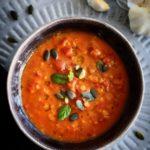 Cremet tomatsuppe med rød pesto & linser