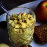 Karrysalat med kikærter, æble & syltet agurk