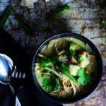 Thai-inspireret suppe med grøn karry & fuldkornsnudler