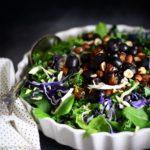 Kålsalat med druer, dadler & hasselnødder