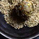 Dadelkugler med nødder, kerner & frø