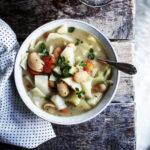 Hvid bønnesuppe med rødder, kål & sennep