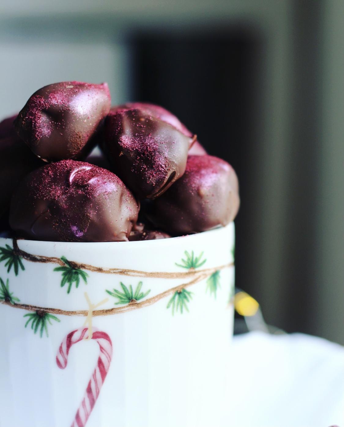 Dadelkonfekt med kirsebærfyld