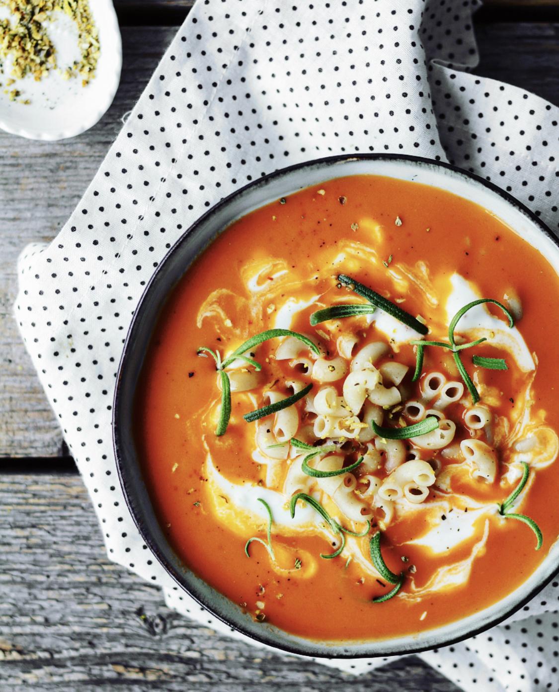 Tomatsuppe med rød pesto og linser