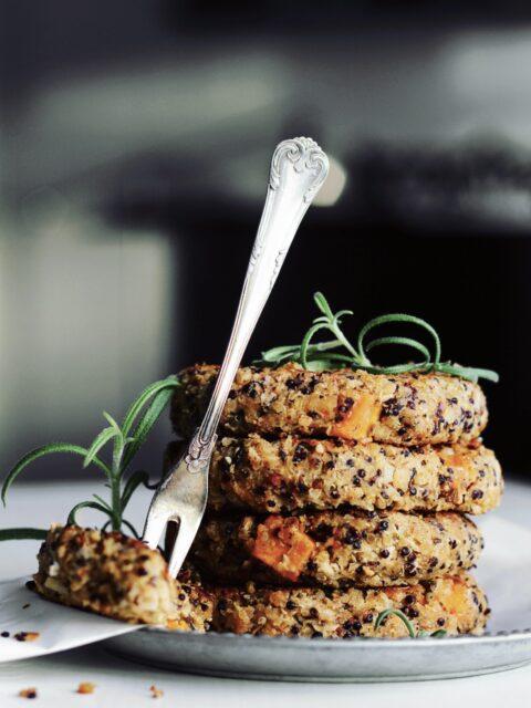 Bønnebøffer med quinoa & sød kartoffel