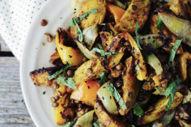 Indisk kartoffelret med linser samt raita