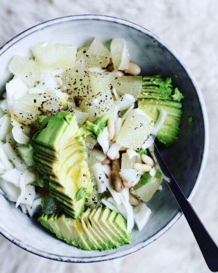 Bønnesalat med pomelo og spidskål