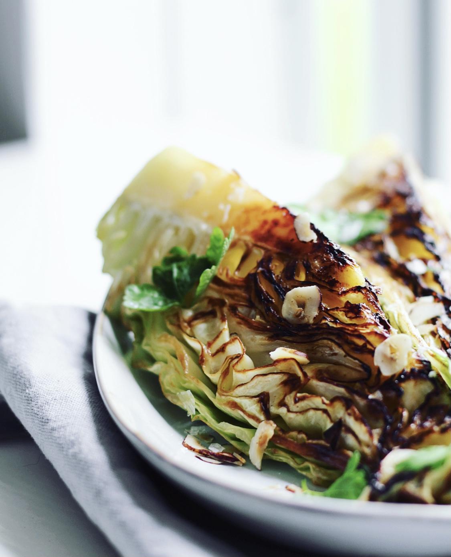 Stegt spidskål med smør, hasselnødder og løvstikke
