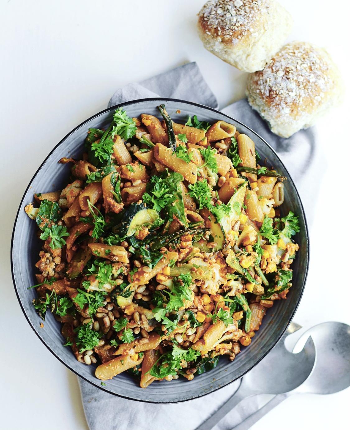 Bagt salat med pasta og rød pesto