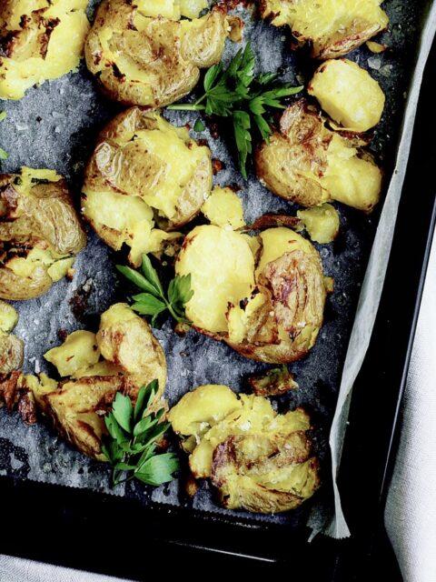 Knuste kartofler med løvstikke og havsalt