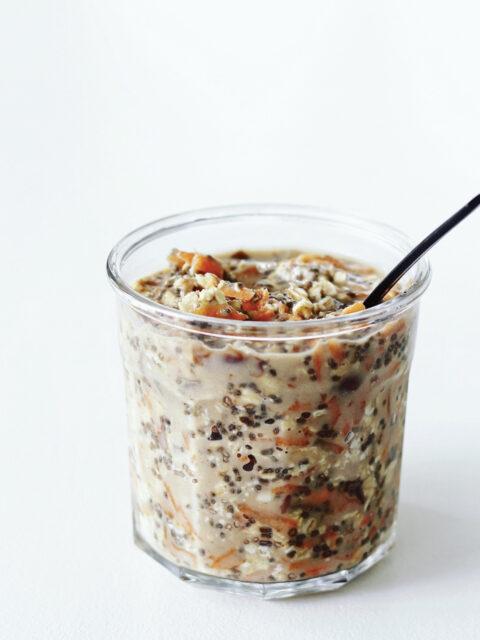 Overnight oats med gulerod, chiafrø, valnødder & varme krydderier