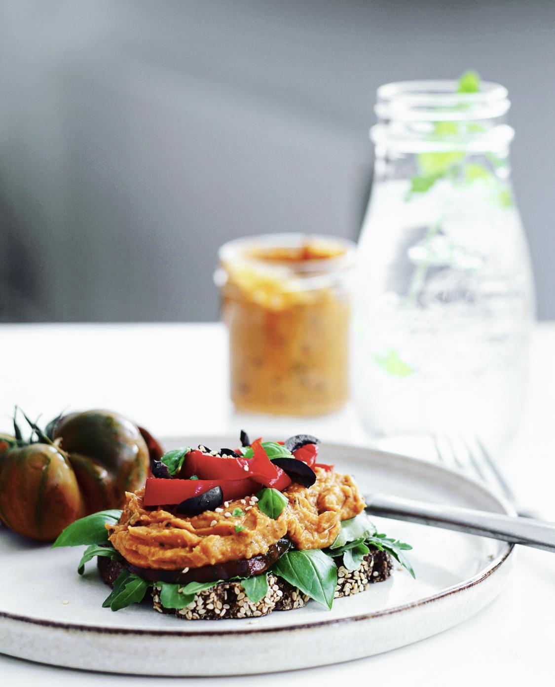 Røget hummus med soltørrede tomater og oliven
