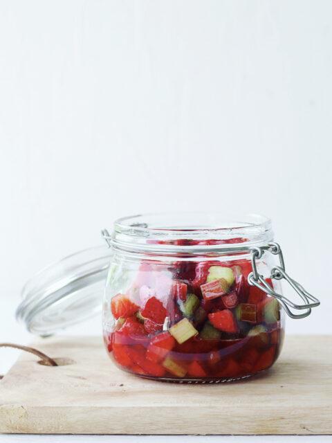 Råmarinerede rabarber med jordbær
