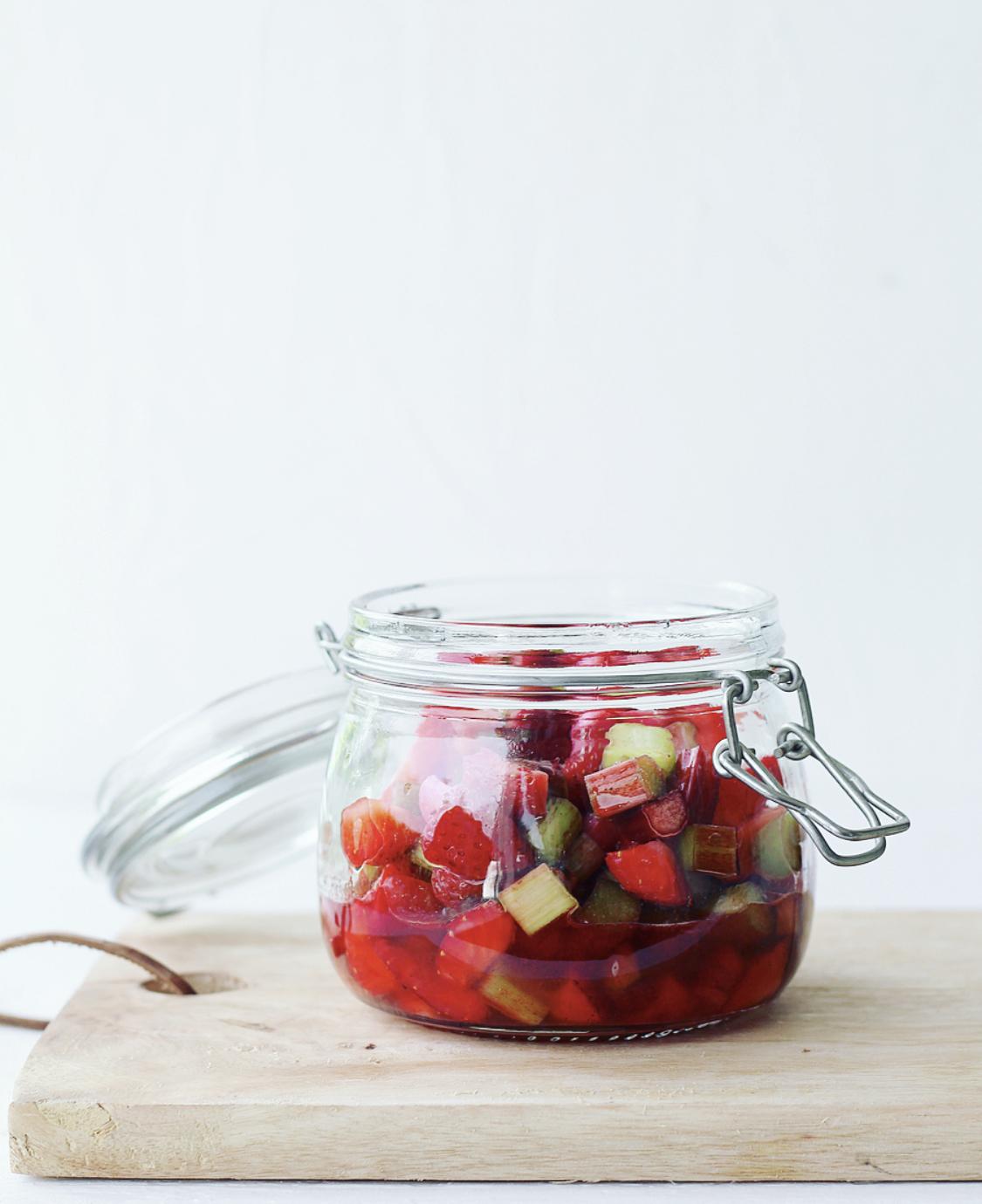 Råmarineret rabarber med jordbær